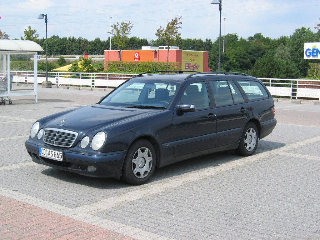 Mercedes benz e 300 touring photos reviews news specs for Mercedes benz glowing star