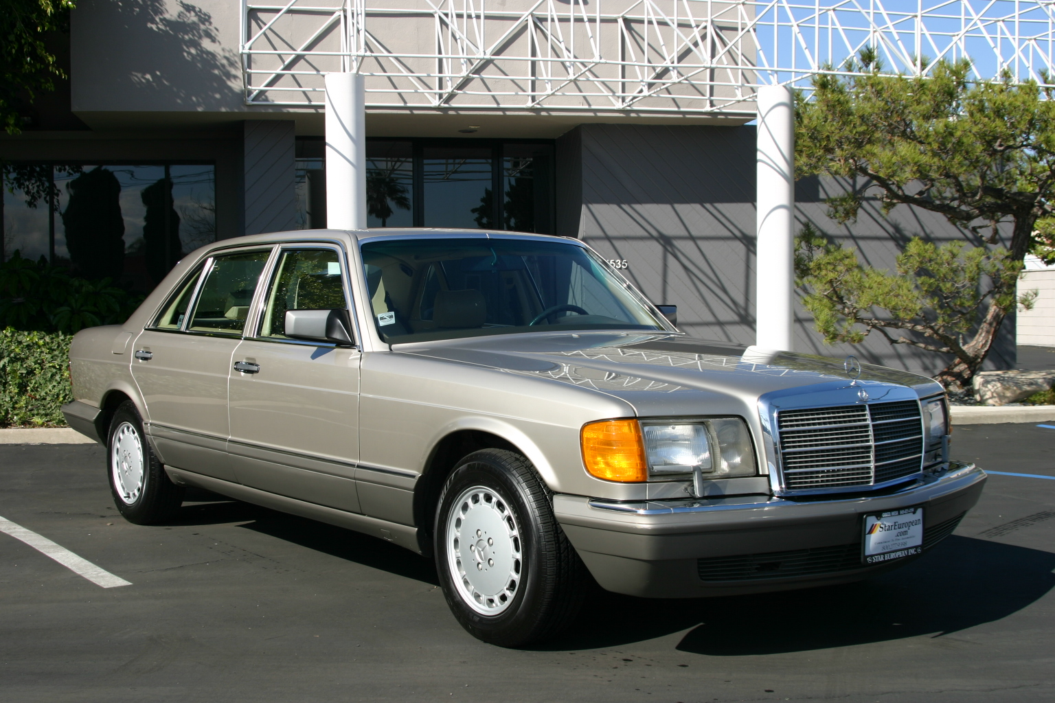 Mercedes benz 300 sdl photos reviews news specs buy car for Mercedes benz glowing star