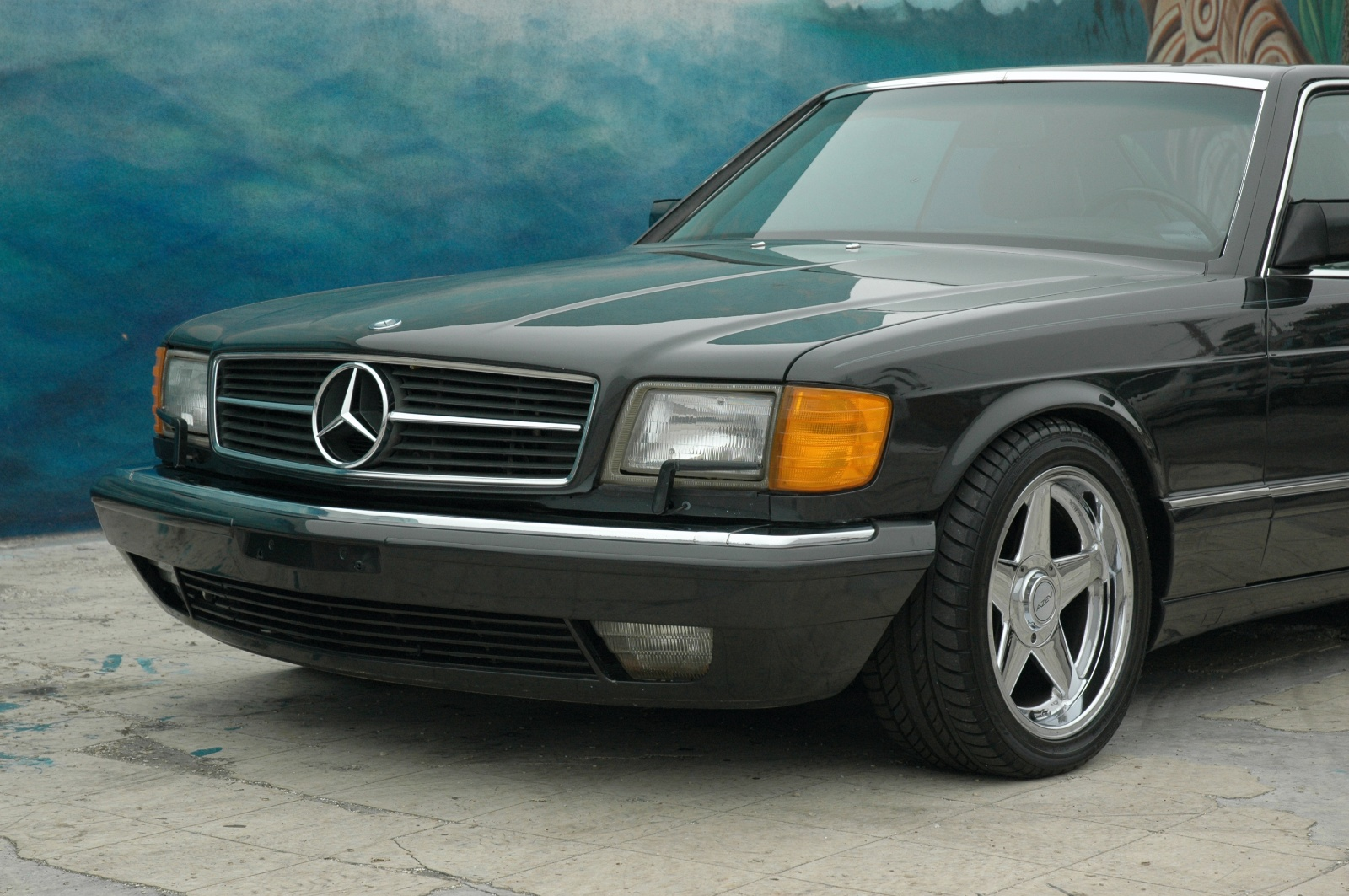 Mercedes benz 560sec photos reviews news specs buy car for Mercedes benz glowing star