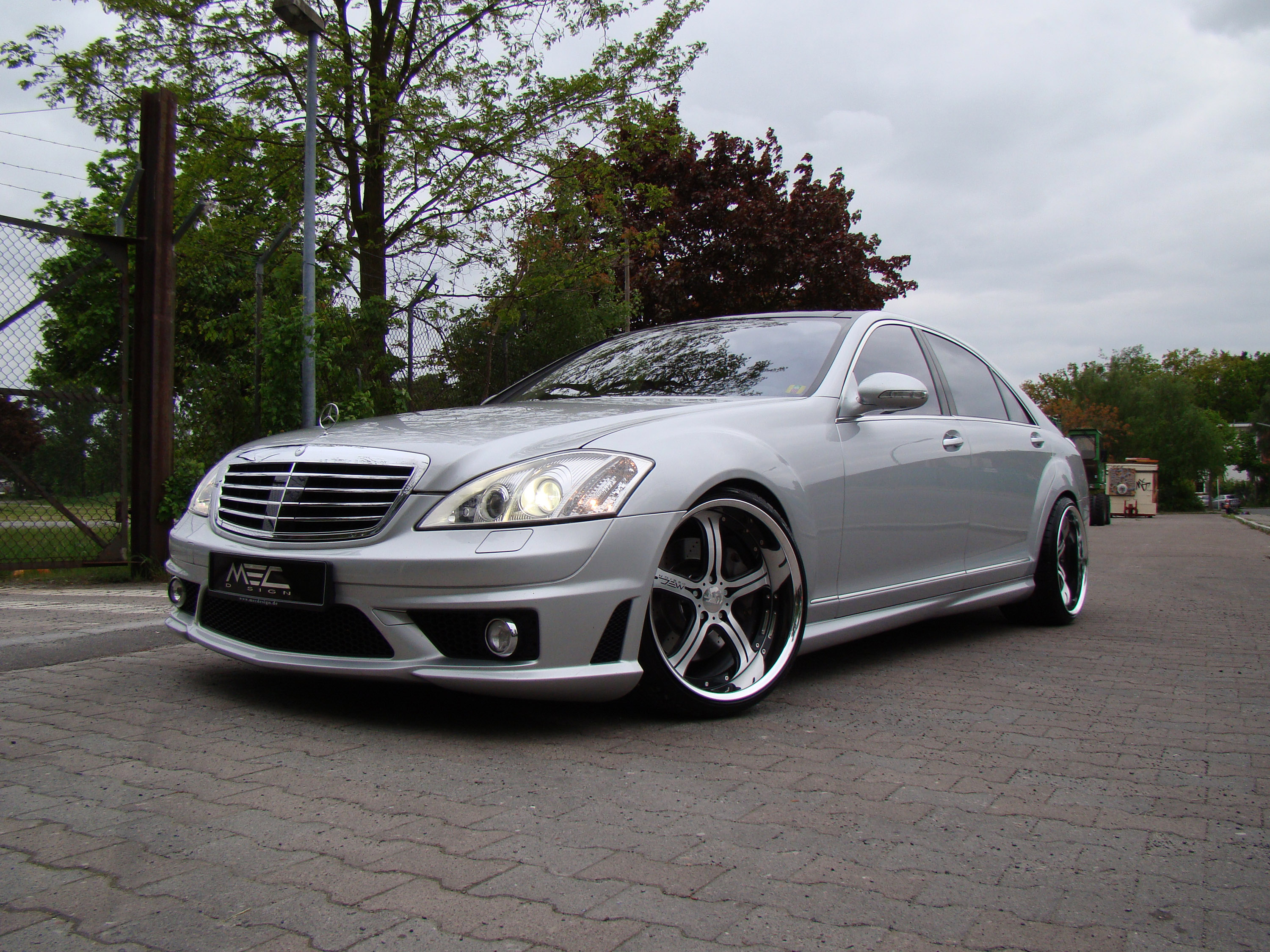 Mercedes benz s 550 photos news reviews specs car for Mercedes benz glowing star