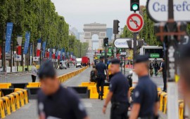 Paris police shoot at car at Tour de France finish