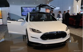 Tesla presented an electric crossover Model X in Detroit.